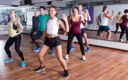 люди и дамы танцуя zumba Стоковая Фотография