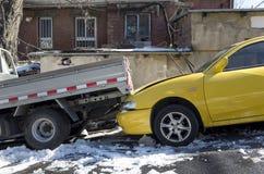 люди доктора автокатастрофы аварии спашут форму дороги неопознанную Стоковые Фотографии RF