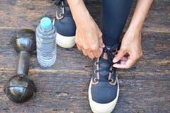 люди подготавливают гантель, дно воды, носку спорта, и handk Стоковое Фото