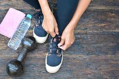 люди подготавливают гантель, дно воды, носку спорта, и handk Стоковые Изображения