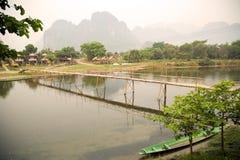 люди проходя бамбуковый мост на предпосылке горы известняка Стоковые Изображения