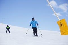 2 люд катаются на лыжах Стоковая Фотография