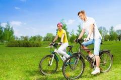 2 люд на велосипедах Стоковое Фото