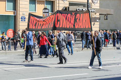 3 люд носят знамя Стоковое Фото