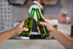 2 люд провозглашать бутылка пива Стоковые Изображения RF