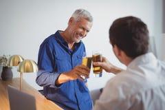 2 люд провозглашать стекла пива Стоковая Фотография