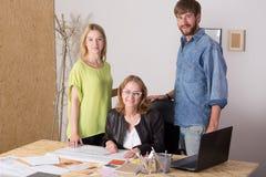 3 люд работая совместно Стоковое Изображение