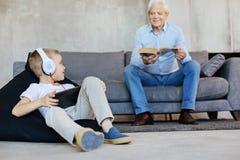2 люд семьи деля общее хобби Стоковое Изображение RF