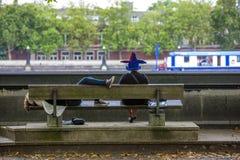 2 люд сидят перед Рекой Темза Стоковая Фотография