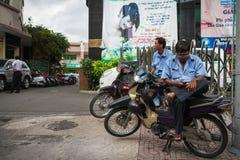 2 люд сидя на мотоцилк на тротуаре Стоковые Изображения