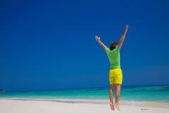 людск Концепция летнего отпуска пляжа свободы красивые детеныши человека Стоковая Фотография RF