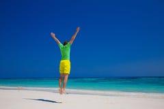 людск Концепция летнего отпуска пляжа свободы красивые детеныши человека Стоковое фото RF