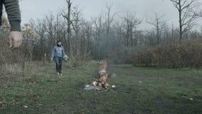 3 люд собирают отброс в лесе сток-видео