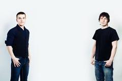 2 люд стоя на предпосылке Стоковое Фото