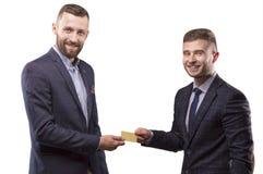 2 люд с карточкой в руках  Стоковые Изображения
