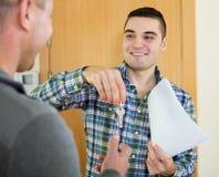 2 люд с контрактом на пороге квартиры Стоковые Фото