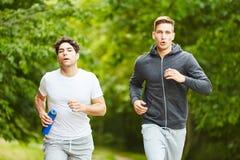 2 люд jogging на парке Стоковая Фотография