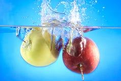 Яблоки в воде стоковые изображения rf