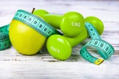 Яблоки, гантели и измеряя лента Стоковые Фотографии RF