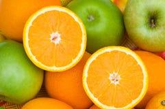 яблоки закрывают померанцы отрезока половинные вверх Стоковые Фото