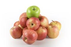 яблоки зеленеют один красный верх стоковые фото