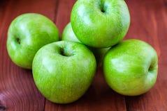 Яблоки зеленого цвета ` s Simbirenko на деревянном столе Стоковое Изображение