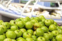 Яблоки зелены в окне магазина Прозрачные витрины на заднем плане стоковые фото