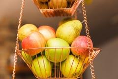 Яблоки и груши в корзине смертной казни через повешение Стоковые Изображения RF