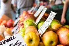 Яблоки и плодоовощи с ценами бирок Стоковое Фото