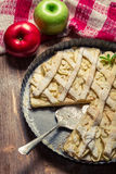 Яблоки и торт яблока украшенный с сахаром замороженности Стоковая Фотография