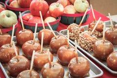 Яблоки конфеты готовые для еды для обслуживания падения стоковое фото