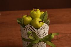Яблоки на деревянной таблице стоковые фотографии rf