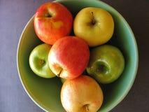 Яблоки осени в зеленом шаре, крупном плане взгляд сверху Стоковые Фотографии RF