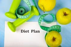 Яблоки, план диеты, гантели и измеряя лента Стоковое Изображение RF