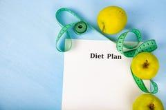 Яблоки, план диеты, гантели и измеряя лента Стоковые Фото