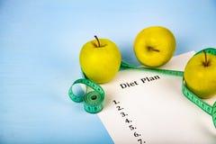 Яблоки, план диеты, гантели и измеряя лента Стоковая Фотография RF