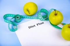 Яблоки, план диеты, гантели и измеряя лента Стоковые Изображения RF