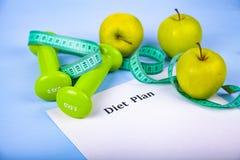 Яблоки, план диеты, гантели и измеряя лента Стоковое фото RF