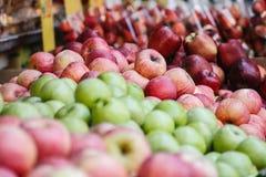 Яблоки получают проданными стоковые изображения