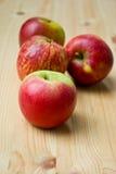 яблоки ставят деревянное на обсуждение Стоковые Изображения