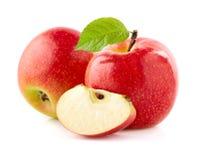 Яблоки с куском на белой предпосылке Стоковые Изображения