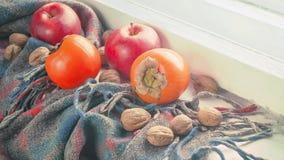 Яблоки, хурмы, грецкие орехи на старой шали Стоковое Изображение RF