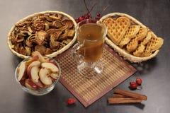 Яблоки циннамон и waffle Uzvar на предпосылке darck Стоковое Фото
