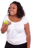 яблоко афроамериканца есть детенышей женщины Стоковые Фото