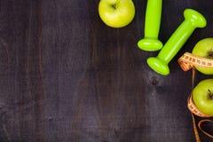 Яблоко, гантели и измеряя лента Стоковое Изображение RF