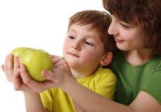 яблоко дает сынка мати стоковая фотография