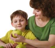 яблоко дает сынка мати стоковое изображение