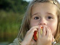 яблоко есть девушку сочную Стоковое Изображение RF