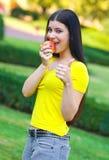 яблоко есть девушку счастливую стоковые фото