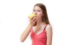 яблоко есть детенышей девушки довольно Стоковые Фото